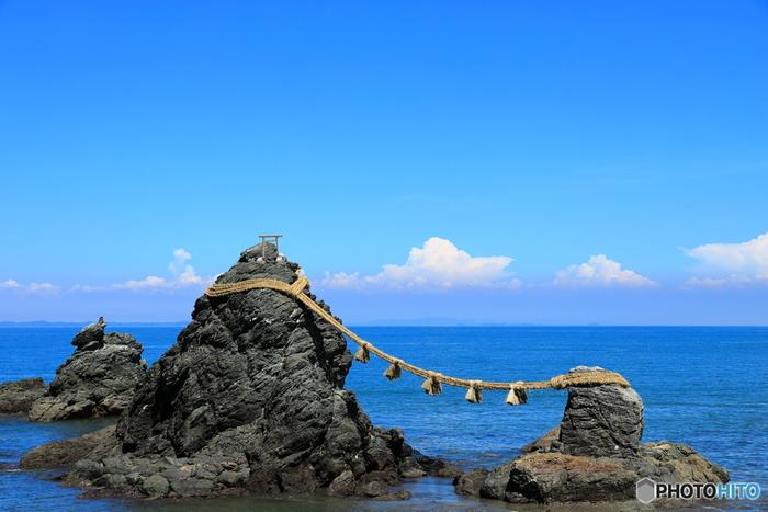 2つの岩がまるで夫婦のように寄り添っている姿に見えることから「夫婦岩」と呼ばれている縁結びの聖地。江戸時代には浮世絵師がその姿を描くなど、古くより日本の絶景として親しまれています。夫婦円満や縁結びのご利益があると、今でも多くの人々が訪れていますよ。