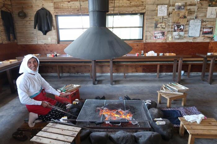 鳥羽市内から車で約30分の場所に位置する海女小屋「はちまんかまど」は、獲れたて新鮮な魚介類を海女さんがその場で焼いてくれるおすすめスポット。