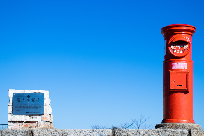 朝熊頂展望台に佇む「天空のポスト」は、昭和を感じさせるノスタルジックでキュートなポスト。恋人の聖地に指定されている朝熊山頂展望台から眺める美しい景色も魅力です。大切な方へのお手紙や旅行の便りを「天空のポスト」から送ってみませんか?