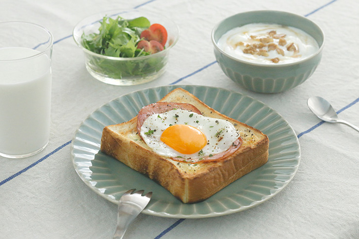 「ハムエッグ」はフライパンでも電子レンジでも作れる簡単な卵料理です。これさえマスターしておけば、朝ご飯のたんぱく源もばっちり!パンやごはんに添えたり、ハムエッグ丼、定食風にすれば、充実したご飯になりますね。  手早く作れる「ハムエッグ」の作り方をマスターして、手軽に美味しく元気をチャージしてください*