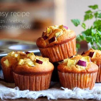 角切りしたサツマイモをホットケーキミックスに混ぜ混むだけの簡単レシピです。スパイス系のお菓子が好きな方は、生地にシナモンを加えるのもおすすめ。