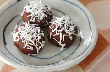 シンプルなのに癖になる栗とチョコレートのコンビ。ココナッツロングを振りかけることで、香りも豊かで見た目も華やかな印象になりますよ。