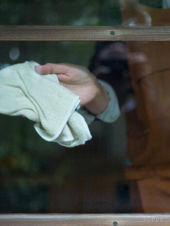 窓掃除で気になるのが拭き跡が残ること。綿のタオルで服と毛羽が残ったり残念なことになってしまいます。窓掃除はマイクロファイバーを使うと拭き跡が残りません。