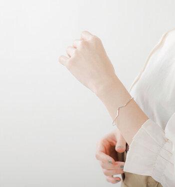 SILVER925素材の、スリムなバングル。さりげなくVラインになったシルバーのバングルは、繊細ながらも存在感のあるデザインです。フリーサイズなので、ちょうどいいサイズ感に調節して身に着けられます。