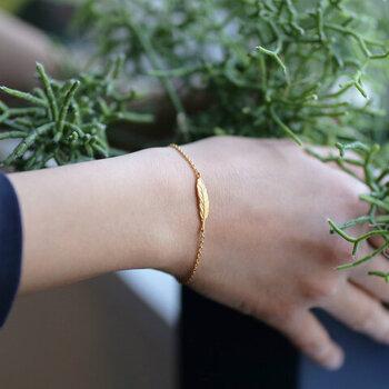 ゴールドのシンプルなブレスレットは、デイリーにブレスレットを身に着けたい方におすすめ。軽やかなフェザーモチーフが、さりげなく手首をおしゃれに彩ってくれます。