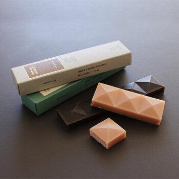 おしゃれなパッケージに包まれた、まるで本物のチョコレートのように見える石けん。チョコレート屋さんが有機栽培のカカオを使用して、自然由来の成分だけで作っています。防腐剤や着色料も一切使用していません。