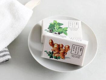 生姜とオリーブは、ちょっぴりスパイシーで温かな香りです。使っているとジンジャーアロマの効果で、心を落ち着かせてくれます。薄荷とオリーブ は、清涼感のある香り。肌にのせるとひんやりとしていて、夏場の洗顔にもぴったりな石けんです。