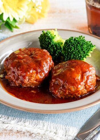 野菜ジュースで煮込んだハンバーグは、簡単で失敗知らず。肉汁もソースになるのでおいしさバツグン!味がしっかり染み込んで、お弁当にも最高です。