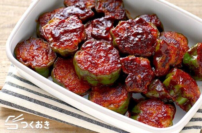 家庭料理の定番、ピーマンの肉詰めのレシピ。ピーマンを輪切りにすることで、お弁当にも入れやすい形になっています。ケチャップベースのソースでシンプルな味。