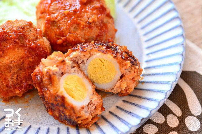 うずらの卵が入った、スコッチエッグ風のハンバーグ。割ったときの見た目が華やかなのでお弁当にもオススメ。うずらの卵は水煮を使えば時短で簡単です。