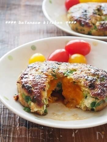 半熟の卵黄が中から溶け出す絶品レシピ。にら入りのハンバーグなので、ビタミンも豊富です。