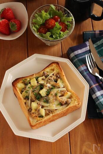 サバ缶やじゃがいもを使ったキッシュトーストも、ストック食材で簡単にできて味わいもあります。サバの栄養も摂れるので、健康に気遣う方にもおすすめです。
