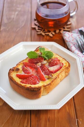 フルーツなどを使ったデザート系のキッシュトーストもおいしそう。卵も使われているので、朝食にもおすすめです。フレッシュなビジュアルがおしゃれですね。