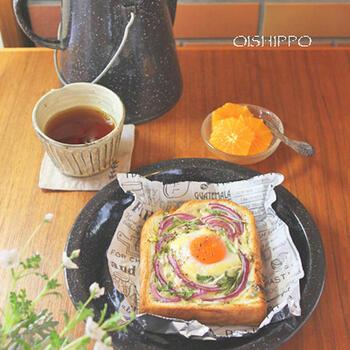 卵をとかず、そのまま落として焼いたココット風トースト。卵黄の明るいカラーが、朝の元気をもたらしてくれそう。紫玉ねぎや水菜の色合いも相性がいいですね。