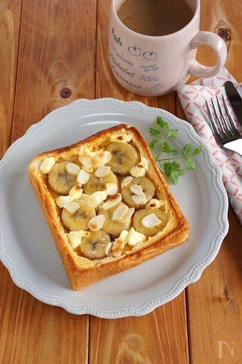 相性のいいバナナとクリームチーズのキッシュトースト。トッピングのスライスアーモンドに焼き色がついて、香ばしさを添えます。甘いものが食べたいときに、おやつではなく食事として取るとカロリーオーバーを防げるかも。