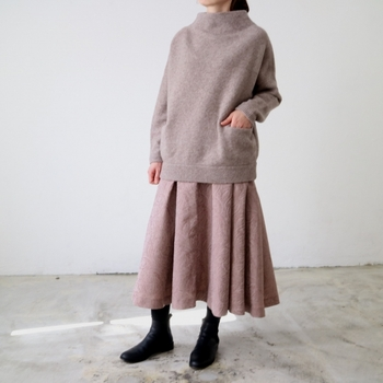 トップス・ボトムともに同系色を組み合わせ、あえて境界線を曖昧にすると、カジュアルなアイテムでもワンピースのように女性らしい着こなしを実現できます。ペールトーンならガーリーになりすぎず、クラシックなコーディネートに。