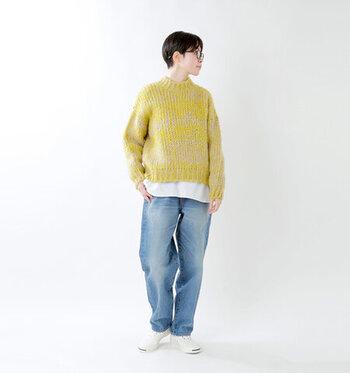 2種類の毛糸をミックスした、表情のあるニットにジーンズを合わせたカジュアルなスタイリング。裾から覗く白が、イエローとブルーをスムーズにつなぎ、バランスの良いスタイリングに仕上げます。肌寒くなってきたらミリタリージャケットなどをばさっと羽織って、メンズライクにまとめてみて。