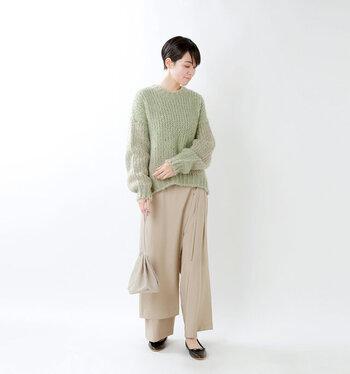 シンプルなローゲージニットは、さまざまな着こなしを楽しめるため、1枚はワードローブに加えたいアイテム。カジュアルだけに止まらず、レディ感のあるスタイリングへとアップデートしたいなら、ラップスカートを合わせてドレスライクへ転換するのがおすすめです♪