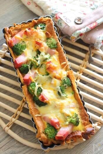 こちらは、大きめのタルト型を使ったパンキッシュ。切り分けて食べるのも、断面が美しくていいですね。8枚切りのパンを使うので、軽めです。