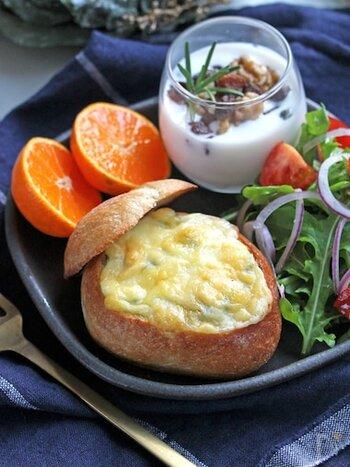 丸いパンを使ってパンキッシュにするのもおしゃれ。ハード系の丸パンなら、皮もかためで香ばしく食べ応えもあります。写真のようにワンプレートの朝食も素敵ですね。