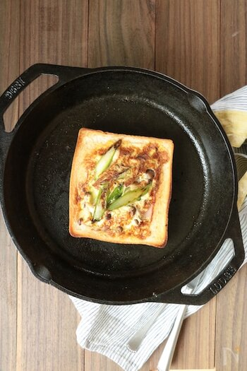 こちらは、パンにくぼみをつけずに、くり抜くアイデア。フライパンで焼いています。パンの量が多過ぎるという方にはちょうどいいかもしれませんね。