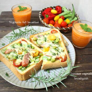 季節の野菜がたっぷりのサラダのようなキッシュトーストもおすすめ。あとは、ジュースやフルーツを添えて。ヘルシーモーニングにはぴったりのメニューですね。