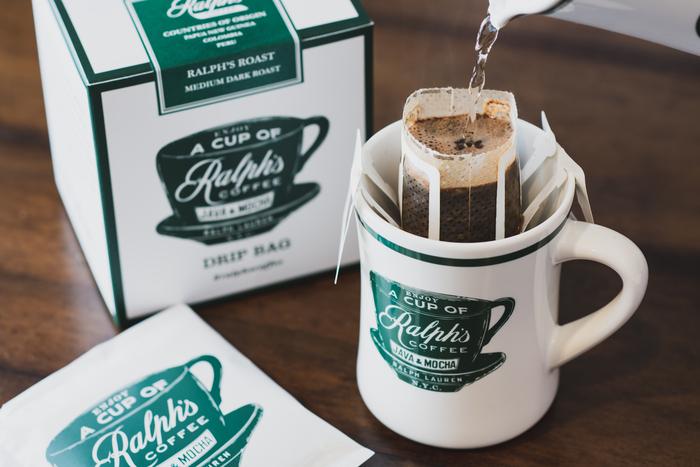 「ラルフズコーヒー ドリップバッグ(2,500円・10枚入)」と、ロゴがプリントされた「コーヒーマグ(3,500円)」