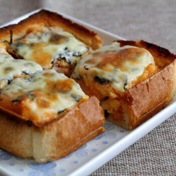 お餅と明太子を卵液とともにパンのくぼみに入れ、チーズをのせてこんがり焼きます。もちもちとろ~り、香ばしさと深いうまみがお口の中に広がります。
