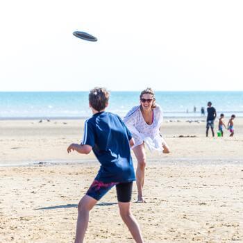 キャッチボールの要領で離れた相手と投げ合う「フライングディスク」(フリスビー)。思わぬ方向へ飛んでくるディスクを追っていると、自然にランニングやジャンプなどの運動になります。うまくコントロールできない方が運動量も多くなるそうですよ。