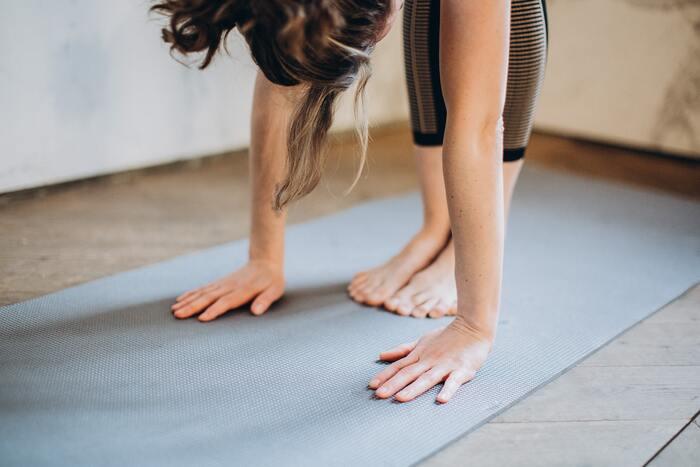 ハムストリングスは、股関節や膝の動きに大きく関係している筋肉のため、気付かない間に酷使していることが多いパーツでもあります。ハムストリングスの柔軟性をキープして血行を良くすることで、老廃物の排出がスムーズに行われ、効率良く疲労回復ができるようになると言われています。