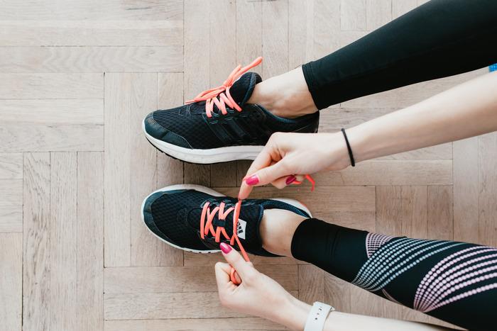 """ハムストリングスは""""ランナー筋""""とも呼ばれ、運動する時に大きな力を発揮してくれます。ここの柔軟性が高いと体がスムーズに動き、様々なスポーツでの体勢やエクササイズ時のフォームの安定につながるでしょう。運動の効率やパフォーマンス向上アップが大いに期待できます。"""