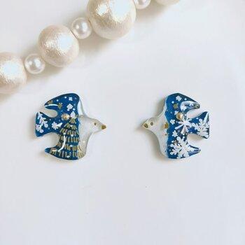 クラシックブルーとホワイトのコントラストが美しい、小鳥モチーフのピアス(イヤリング)。1点ずつ丁寧に模様が描かれていて、左右で絵柄が異なります。雪の結晶などどこか北欧らしさが感じられるデザインも素敵です。