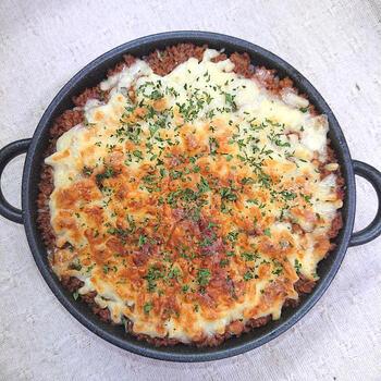 豚ミンチとトマト水煮缶を使ったシンプルで失敗なしの簡単ミートドリア。ポイントは最初に豚ミンチをよく炒めること、そしてチーズをたっぷりのせることです!