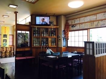 地元の人からも観光客からも愛される海鮮料理店「潮騒」。人気店だけあって、壁にはサインもずらり!