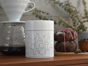 自由に飛び交う鳥たちが描かれた、シンプルなデザインのコーヒー缶。内側はブリキ素材で作られており、中蓋も付いているため気密性もしっかりあります。コーヒー豆以外にも、お茶やおやつ入れとしてもおすすめ。