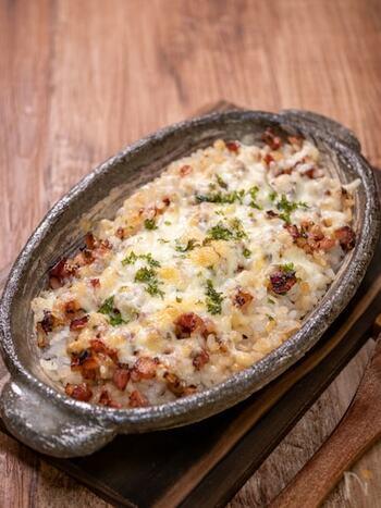 初心者さんでも気合いを入れずに気軽に作れるおすすめレシピ「ベーコン飯のチーズ焼き」。ご飯と一緒に炒めるベーコンの香ばしさと、玉ねぎとバターの甘みがクセになる一品です。オーブンに入れて、チーズにこんがり焼き目がついたら完成です!