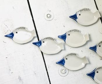 青いくちばしがクールな印象の鳥のアーモンド皿。シンプルな食卓のアクセントにもぴったり。ナッツや小さめのお菓子などを乗せると、鳥たちが抱えて運んでいるように見えるのがユニークです。