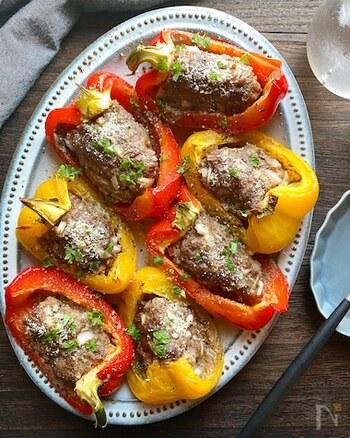 パプリカが手に入った日は「パプリカの肉詰め」を作ってみませんか?ポイントはお肉が崩れないように、しっかりと練り混ぜること。カラフルで食卓がパッと華やかになる嬉しい一品です!