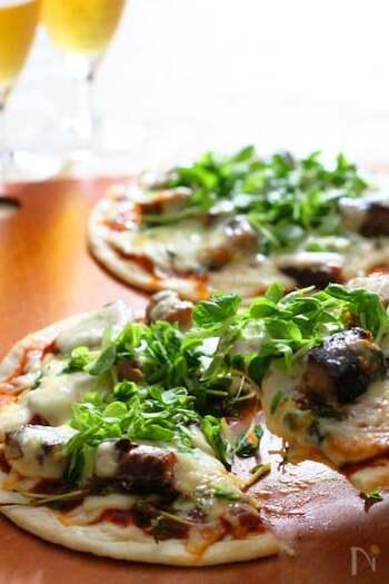 豆苗とオイル漬け鯖缶を使ったピザはいかがですか?レシピでは薄生地ピッツァを使用していますが、餃子の皮を使いアレンジしてもクリスピーに美味しくできますよ!