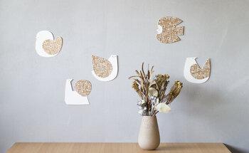 「BIRDS' WORDS(バーズワーズ)」の世界観をそのまま落とし込んだ、鳥デザインのメッセージカード。羽や尾にあしらわれた繊細なハンコ模様、金や銀の箔押しに、上品さと温もりを感じます。