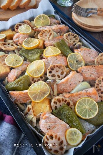 鮭と野菜を調味料にしっかり漬け込んでオーブンで焼くだけで、豪華なプレートが出来上がり。魚と野菜は別々に調味料に漬けると、それぞれの素材の旨味が引き立ちます。季節の旬野菜と鮭を堪能しませんか?