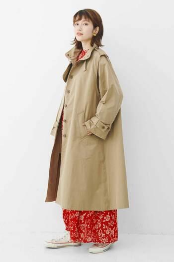 赤の花柄ワンピースに、ミリタリージャケットをON。するとガーリーな印象がメンズライクに転換し、抜け感のあるコーディネートに仕上がります。クラシックなブラウンメイクに女性らしさを加えたいなら、彩度の高いカラーを差し色に選んで。