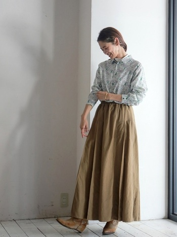 花柄シャツ×プレーンなスカートのスマートなルックス。クラシックなイメージをもつシャツなら、花柄をセレクトしても大人っぽい着こなしに。ベージュやキャメルなど、ブラウンメイクはコーディネートに同系色を投入すると、統一感のあるスタイリングが完成します。