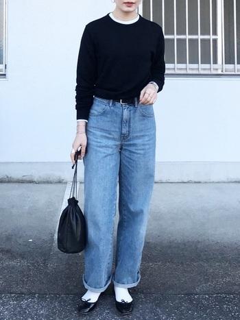 ブラックのニットにジーンズを合わせた定番のコーディネートでも、ピンクメイクなら華やかかつレディ感のある着こなしに。首からちらりと覗くカットソーやソックスのホワイトが、重たくなりすぎず、潔くクリーンなコーディネートを後押しします。