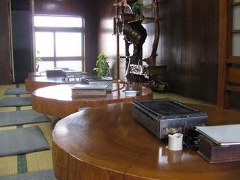屋久杉の一枚板のテーブルが並ぶ焼肉屋さん。屋久島ならではの屋久鹿や屋久島産車エビ、鹿児島黒毛和牛や鹿児島黒豚が頂けます。