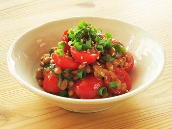 ミニトマトとがたくさん入ってカラフル♪サラダ感覚の納豆レシピです。味もごま油とお酢でさっぱり食べられそう。