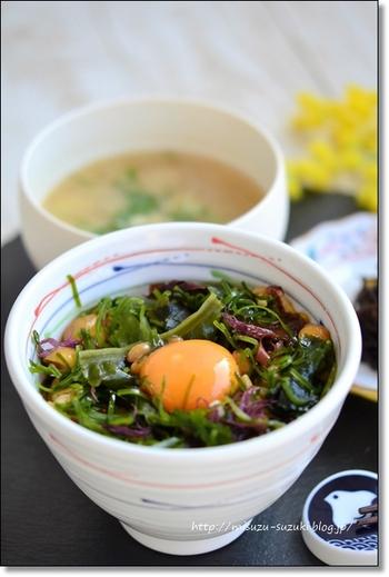 ミネラルたっぷりの海藻ミックスとなめこをプラスして、美肌とダイエットを意識した納豆丼です。簡単にササっと作れるので忙しい朝にもピッタリ。