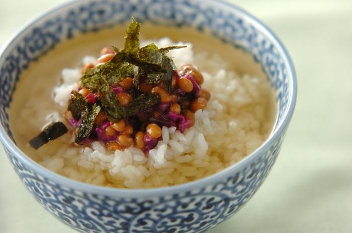 食欲がないときや夜食などで軽く食べたいときは、納豆の出汁茶漬けなんていかがでしょうか。刻んだ柴漬けでサッパリ美味しそうですね。