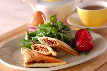納豆トーストも人気の食べ方ですが、さらに食べやすいホットサンドはいかがでしょうか。おやつや軽食にもおすすめです。