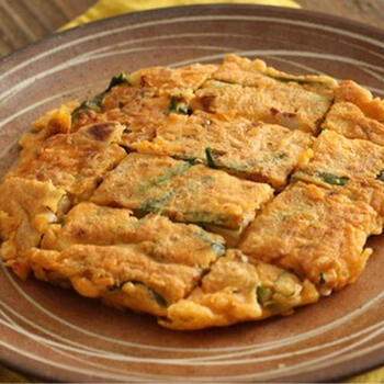 外はカリッ!中はモチっとした食感が美味しいチヂミにも納豆が合いますよ。チーズや豚肉を足してもいいですね。市販のチヂミ粉を使えばもっと簡単に作れます。